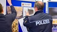Polizeibeamte hängen Fotos bei einer Pressekonferenz der Staatsanwaltschaft und des Polizeipräsidiums Westpfalz zu Sprengfallen auf, die ein Landschaftsgärtner gelegt haben soll.