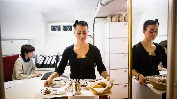 Studentenjobs in Frankfurt - Die Studentin Kim Groß serviert das Frühstück in einem Hotel