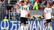 Der deutsche Nationalspieler Mesut Özil vor einem Werbebanner des chinesischen Sponsors Wanda