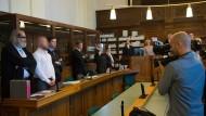 Die Angeklagten mit ihren Anwälten im Verhandlungssaal.