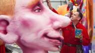 Der starke Wladimir: Jacques Tilly arbeitet in der Wagenbauhalle letzte Feinheiten an dem überkremlgroßen Düsseldorfer Putin heraus.