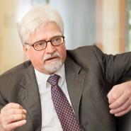 Der Lübecker Unternehmer Winfried Stöcker fotografiert während eines Gesprächs im Oktober 2012