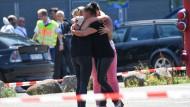 Trauernde Frauen umarmen sich in Konstanz vor dem Club.