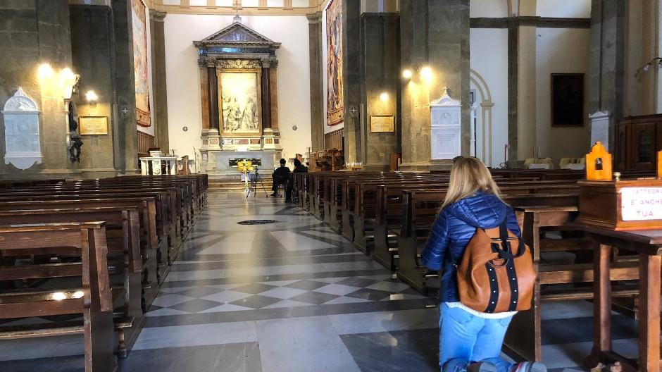 Während der Messe lässt der Bischof die Tore offen.