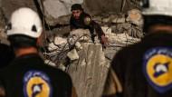 Weißhelme suchen nach einer Explosion in der syrischen Stadt Idlib Anfang April nach Überlebenden