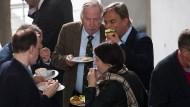 Häppchenzeit: Abgeordnete der AfD-Bundestagsfraktion in der Mittagspause während ihrer konstituierenden Sitzung am 26. September