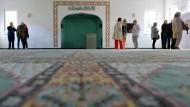 """Informationen können helfen: Besucher in einer Berliner Moschee beim """"Tag der offenen Moschee""""."""