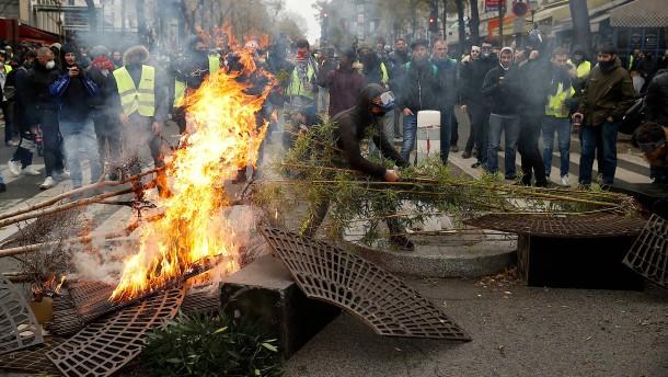 """Primeros enfrentamientos de """"chalecos amarillos"""" y policías."""