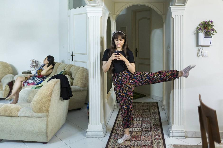 """""""May I have this dance"""" - Die Fotografin Shirin Abedi hat eine weibliche Ballettgruppe in Teheran begleitet. Sie erhielt für ihre Arbeit den """"f3 - freiraum für fotografie Preis für engagierte Dokumentarfotografie"""". Die Tänzerinnen aus Teheran setzen sich für Selbstbestimmung, Freiheit und Gleichberechtigung ein. Obwohl nach iranischem Gesetz aus sinnlichem Tanz Unmoral und Unzucht resultieren und Tanz 1979 aus der iranischen Öffentlichkeit verbannt wurde, tanzen heute immer mehr Iraner/-innen. Doch viele Tanzgruppen leiden unter Repressalien: Bereits genehmigte Stücke werden abgesagt, das Licht während der Vorstellung ausgeschaltet und zu viel öffentliche Aufmerksamkeit kann zur Verhaftungen führen. Der Tanz steht stellvertretend für den gesellschaftlichen Wandel im Iran, er symbolisiert die Sehnsucht nach westlicher Freiheit und repräsentiert eine Generation, die ihre Zukunft zurückfordert."""