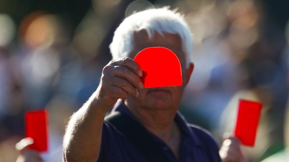 Pfiffe und Rote Karten für Merkel