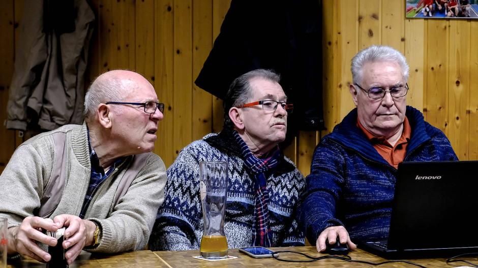 Werner Bingemer (rechts) kann nicht mehr selbst Kegeln, dafür kümmert sich der Dreiundsiebzigjährige um die Organisation.