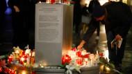 Trauernde legen nach dem Attentat auf eine Synagoge in Halle Kerzen nieder.