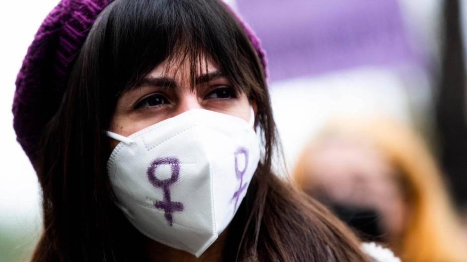 Eine junge Frau am internationalen Frauentag in Madrid