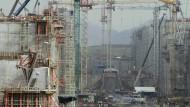 Kräne an der Baustelle zur Erweiterung des Panama-Kanals. Etwa 76 Prozent des Umbaus sind geschafft. Ende des Jahres 2015 sollen hier die großen Post-Panamax-Schiffe durchfahren können.