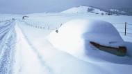 Bei einem solchen Schneefall geht es erst einmal nicht mehr weiter. Jetzt ist Handarbeit gefragt.