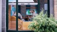 Surfen im Café: In Deutschland ist das nicht überall möglich, weil offenes W-Lan fehlt.