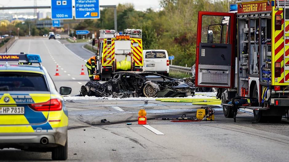 Nach einen mutmaßlichen Autorennen: Feuerwehrfahrzeuge stehen bei einem ausgebrannten Fahrzeug auf der Autobahn 66.