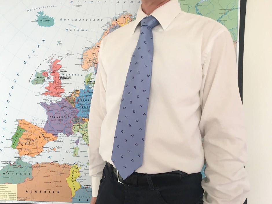 Ein Mann trägt eine der Krawatten, die während der deutschen Ratspräsidentschaft 2007 unter anderem an EU-Politiker und -mitarbeiter verschenkt wurden.