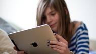 So sieht Fernsehen der Zukunft aus: Ein junges Mädchen beim Betrachten von Medieninhalten auf dem Tabletcomputer