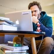 Ein Lehrer arbeitet während der Zeit der Schulschließungen von zu Hause aus (Archivbild).
