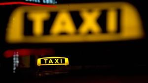 Berliner Taxifahrer fährt Randalierer mehrfach um