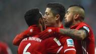 Komm, wir feiern ein bisschen: Thiago, Lewandowski und Vidal jubeln über den Sieg gegen Leipzig