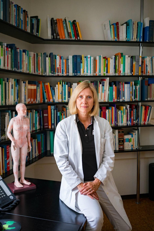 Hilft Leidenden: Die Ärztin Susanne Urban in ihrer Schmerzpraxis.