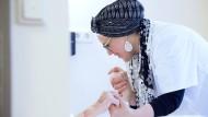 Helfende Hand: Die Syrerin Hajar bei ihrer Arbeit in einem Seniorenheim in Regensburg