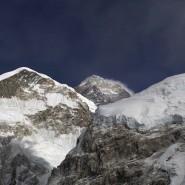 8848 Meter hoch liegt die Spitze des Mount Everest. Immer wieder kommen Menschen auf dem Weg durch die Todeszone ums Leben.