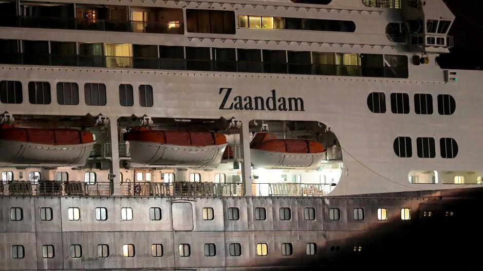 Das Kreuzfahrtschiff Zaandam sucht nach einem Hafen zum anlegen.