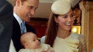 Rauschende Roben und silberne Füße: Prinz George scheint es an nichts zu fehlen - außer vielleicht an einem normalen Elternhaus