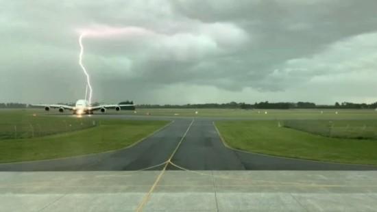 Flugzeug fast von Blitz getroffen