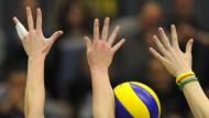 Fünf Hände müsste Frau haben: Wenn Wiesbadens Karine Muijlwijk schmettert, hilft oft auch kein Doppelblock