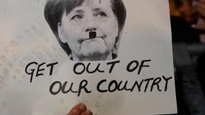 Protest in Nikosia: Merkel mit Hitlerbart
