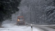 Tiefer Winter auf einer Straße zwischen Elend und Braunlage in Niedersachsen.