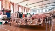 """Notliegen unter Kronleuchtern: Flüchtlingsunterkunft im ehemaligen Casino des """"Patrick-Henry-Village"""" der amerikanischen Streitkräfte. Nun wird es aber auch dort noch enger."""