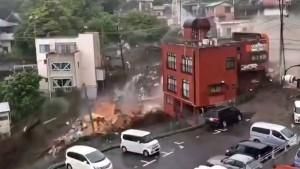 Gewaltige Schlammlawine zerstört Häuser in Japan