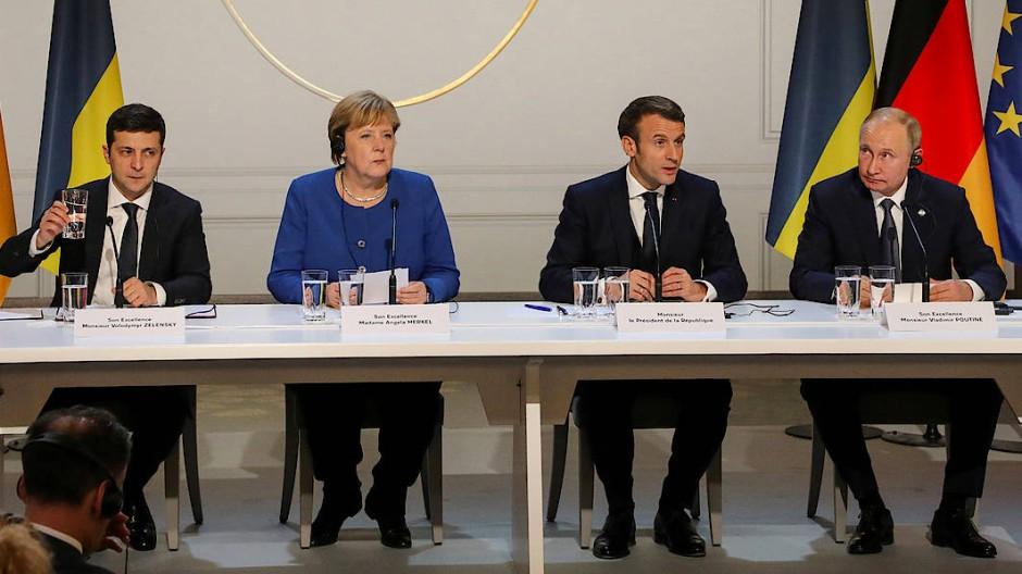 Nächtlicher Auftritt vor der Presse im Pariser Schloss Elysée (v.l.n.r.): Wolodymyr Selenskyj, Angela Merkel, Emmanuel Macron und Wladimir Putin.