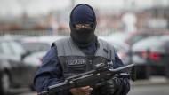 Ein Großaufgebot der Polizei sichert nach einer Attacke auf eine Soldatin den Pariser Flughafen Orly.