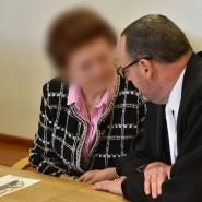 Späte Anklage: Erna F. mit ihrem Verteidiger in Neuruppin am ersten Prozesstag.
