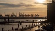 Geht die Sonne der Konjunktur gerade auf oder unter über dem Hamburger Hafen?