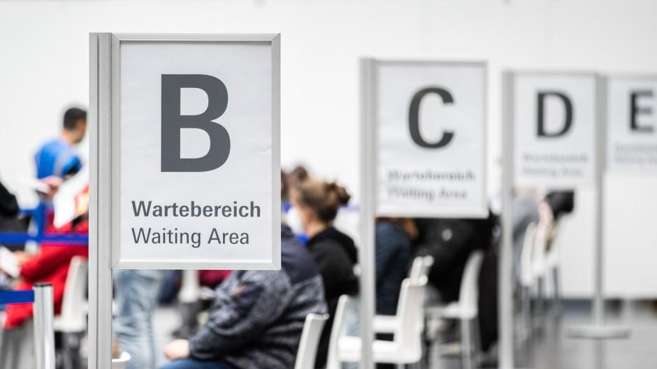Reger Betrieb: Wartende im Impfzentrum in der Frankfurter Festhalle