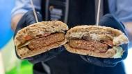 """Nestlé präsentiert den vegetarischen """"Incredible Burger"""" auf der Grüne Woche im Januar 2019 in Berlin."""