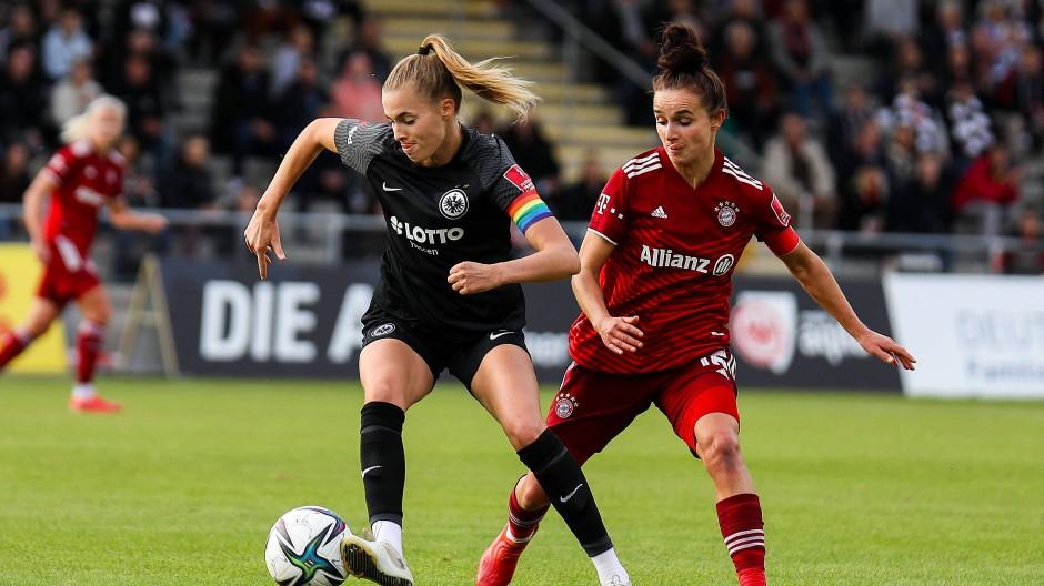 Einen Schritt schneller: Laura Freigang (links) beim Sieg gegen den FC Bayern München