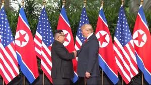 Trump und Kim reichen sich die Hand