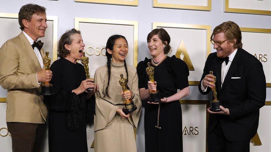"""Große Freude beim """"Nomadland""""-Team: Chloé Zhao (Mitte) im Kreis ihrer Produzenten."""