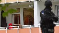 Auf der Suche nach Jaber Albakr sprengten die Polizisten die Tür einer weiteren Wohnung auf – auch über den Balkon verschafften sie sich zutritt.