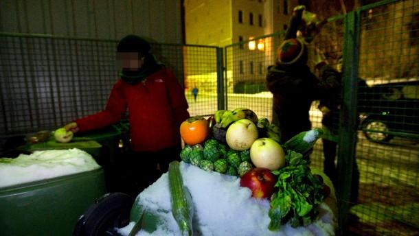 """Mülltauchen - Konsumkritische Studenten der Universität Lepzig """"containern"""", d.h. sie stehlen aus Müllcontainern der Supermärkte noch genießbares Essen, auch um damit gegen Lebensmittelverschwendung zu protestieren."""