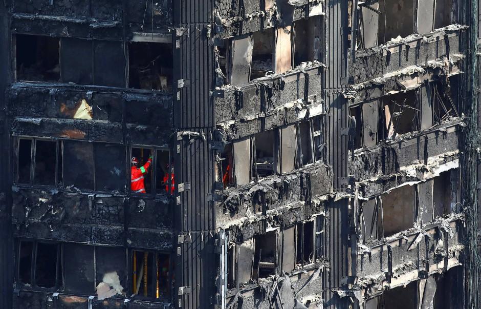 Noch immer unermüdlich im Einsatz: Rettungskräfte durchforsten den Grenfell Tower