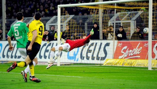 Erst Knall, dann Fall: Lewandowski (m.) schießt Dortmund in Führung, Zieler ist platt